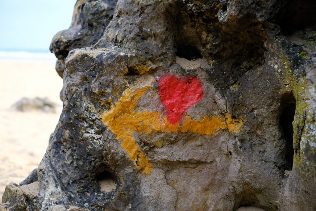Yellow arrow and red heart on the Camino del Norte
